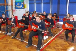 Whole class guitar lessons with Year 4